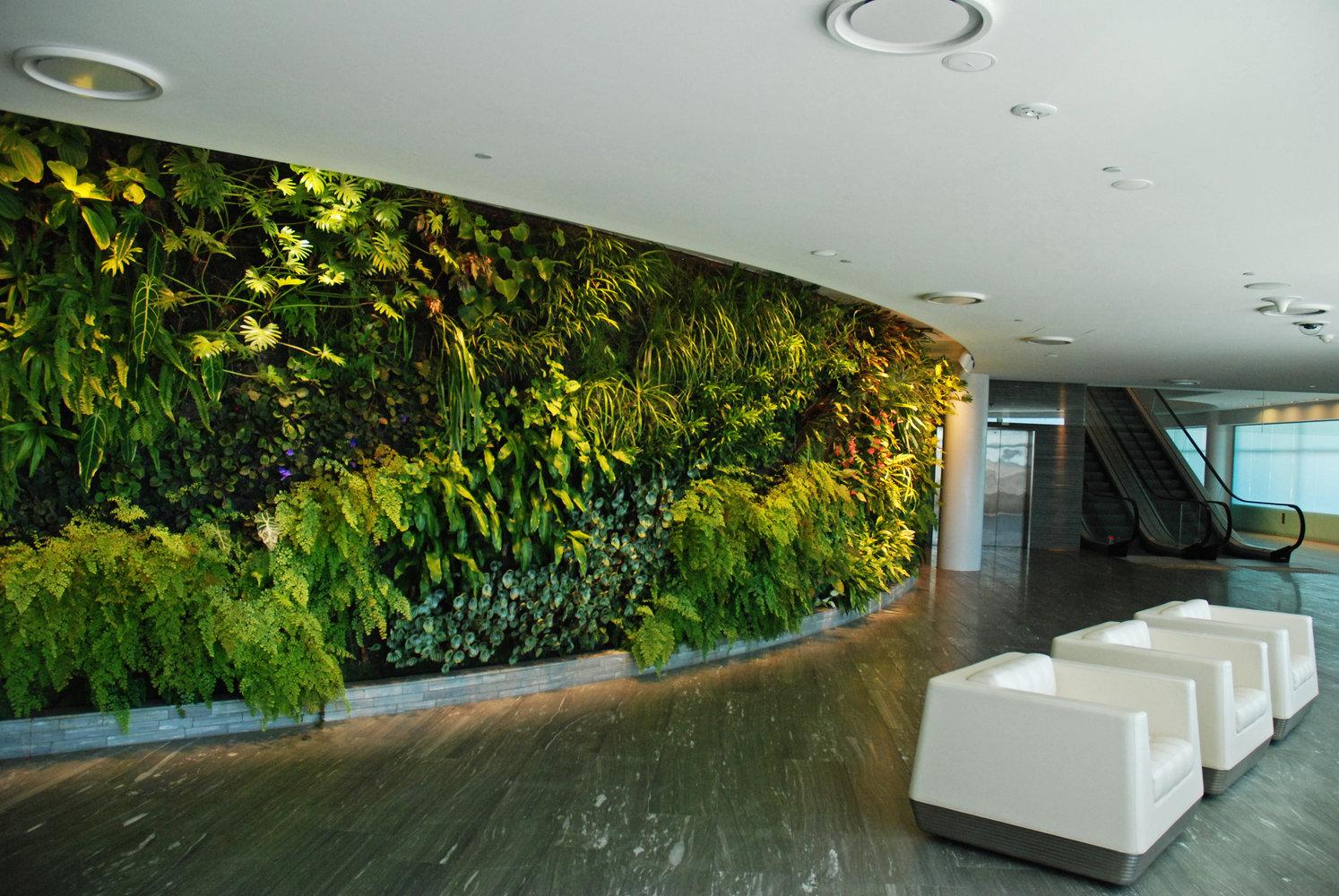 Qantas lounge sydney vertical garden patrick blanc for Artificial plants for interior decoration